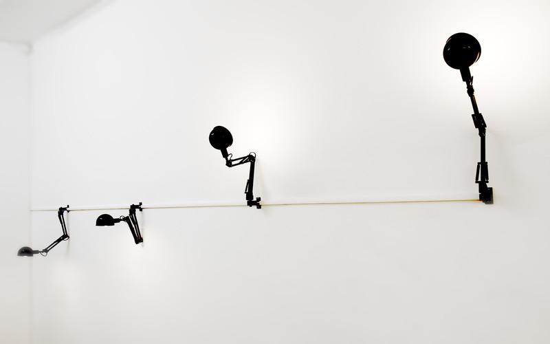 Photo de lampes architectes accrochées au mur
