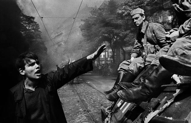 Prague (Tchécoslovaquie). Août 1968. Invasion par les troupes du pacte de Varsovie devant le quartier général de la radio.