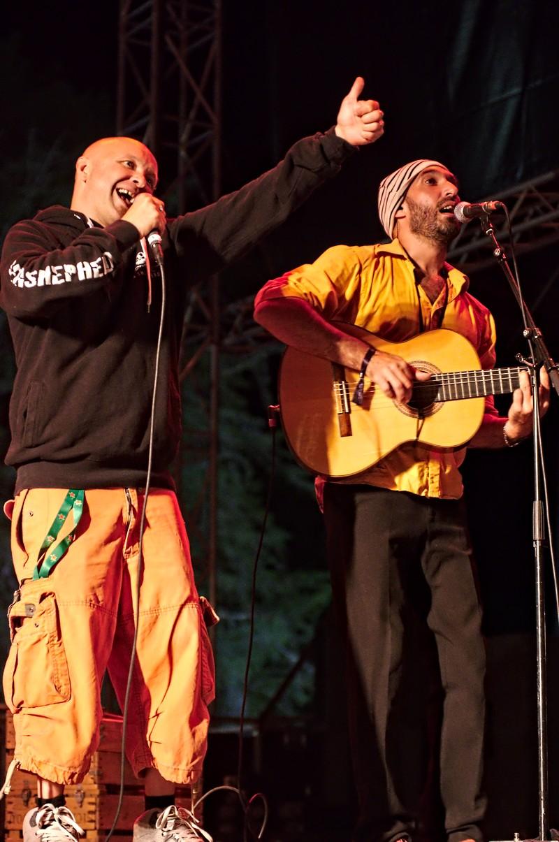 Guizmo de Tryo accompagne La ruketanou à Musicalarue 2016 - cc by-sa manu'pintor - août 16