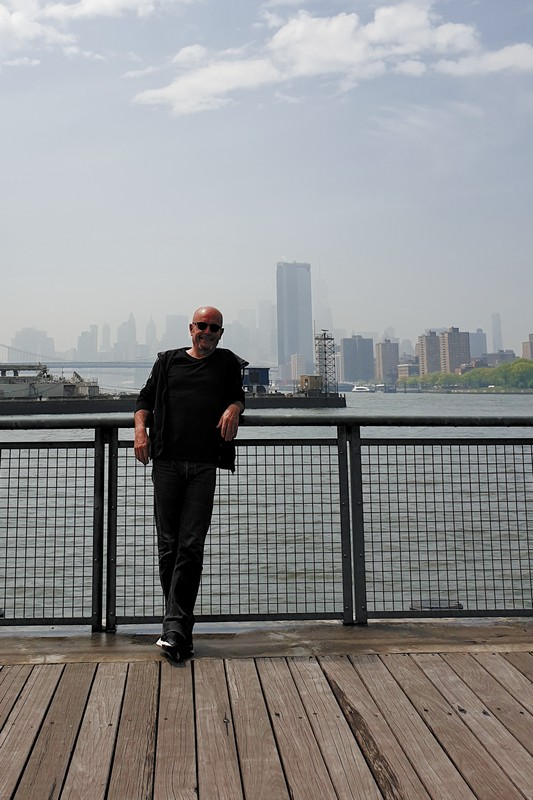 manu' on the East River shore - cc by-sa manu'pintor - NYC avril 19