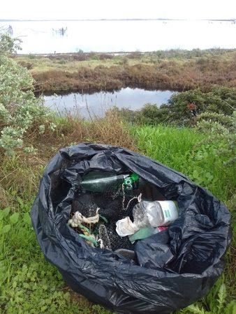 Sac poubelle rempli de plastiques collectés sur une plage en 1h30