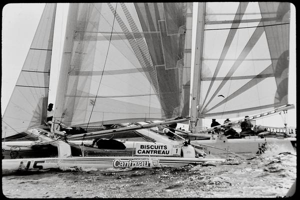 Départ de course de F40 à Sète en septembre 87, le trimaran Biscuit Cantreau et le catamaran La Rochelle bords à bords.